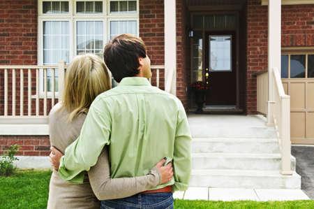 coppia in casa: Shopping giovane coppia felice per la casa nuova Archivio Fotografico