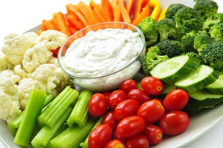 zanahoria: Plato de verduras frescas surtidas con dip