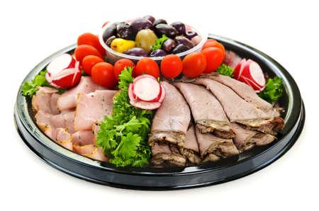 carnes y verduras: Aislado plato de una variedad de cortes de carne fr�a cortada Foto de archivo