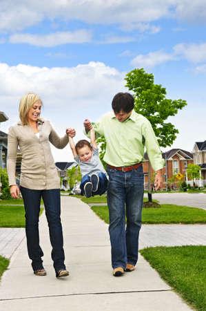 젊은 행복 한 가족 보도에 아들과 함께 연주