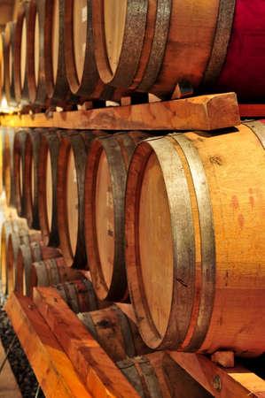 bodegas: Barricas de vino apiladas de roble en la bodega bodega de