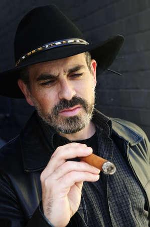 El hombre con barba en el sombrero de vaquero cigarro fumar Foto de archivo - 5553937