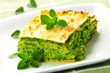 lasagna: Sirviendo de Lasa�a de espinacas frescas vegetariano al horno en un plato