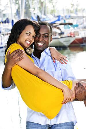 Man met zijn vriendin staand op haven
