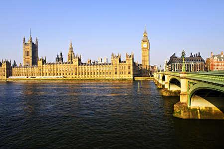 런던에서 빅 벤와 웨스트 민스터 다리와 함께 하우스의 의회