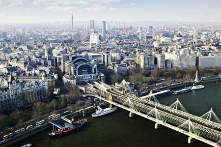 イギリスのロンドン ・ アイから見たハンガーフォード橋
