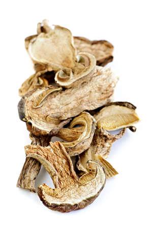 legumbres secas: Secado a ceps en rodajas de hongos aislados sobre fondo blanco