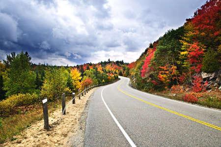 empedrado: Oto�o carretera esc�nica en el norte de Ontario, Canad� Foto de archivo