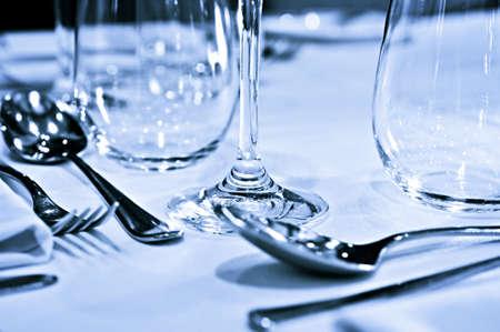 食器、グラスとクローズ アップ テーブルの設定の表示 写真素材