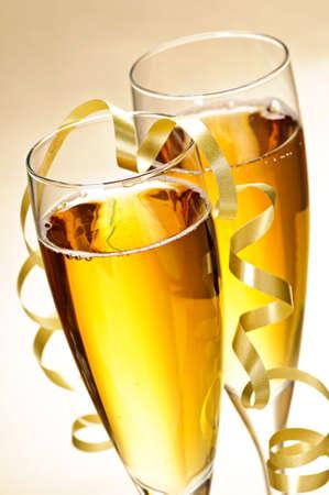 brindis champan: Dos copas de champa�a completa con vino espumoso y de cinta Foto de archivo