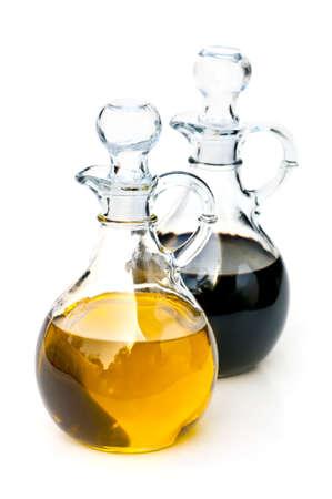 Olie en balsamico azijn glazen flessen op wit wordt geïsoleerd Stockfoto