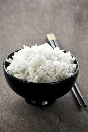 arroz blanco: De arroz blanco cocido al vapor en un recipiente de Asia con los palillos de madera