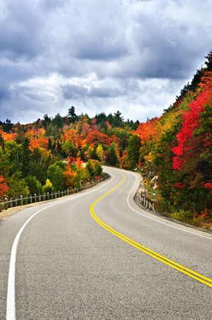 empedrado: Carretera escénica de caída en el norte de Ontario, Canadá