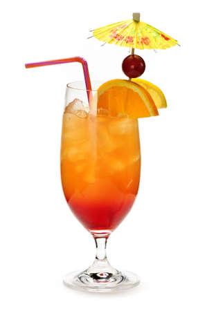 cocktail de fruits: Tropical cocktail en verre isol� sur fond blanc avec le parapluie