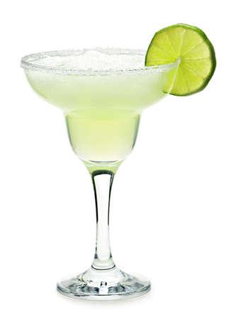 coctel margarita: Margarita en el vidrio con cal aisladas sobre fondo blanco