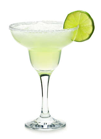 margarita cocktail: Margarita in vetro con calce isolata on white background