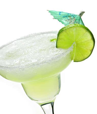 margarita cocktail: Margarita in vetro con calce isolato su sfondo bianco