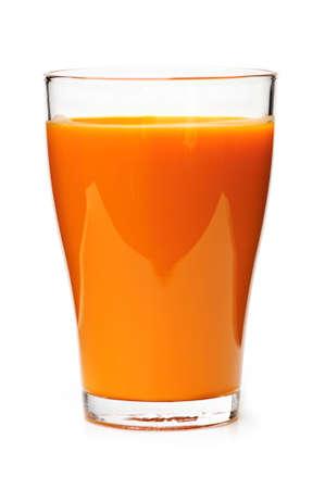 tomando jugo: El jugo de zanahoria en el vidrio claro aisladas sobre fondo blanco