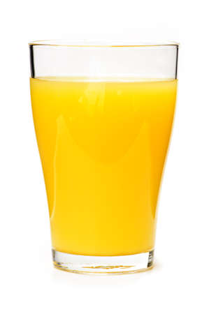 verre de jus: Jus d'orange en verre clair isol� sur fond blanc