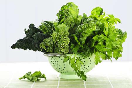 Dark foliacées frais légumes verts en métal passoire