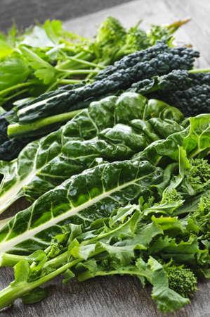 Dark foliacées frais légumes verts sur planche à découper