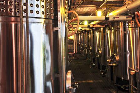 Wijn opslag tanks en apparatuur in de rondleiding van pakhuis