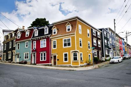 colourful houses: Coloridas casas en esquina calle en San Juan de Terranova, Newfoundland, Canad�  Foto de archivo