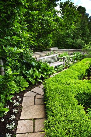 empedrado: Exuberante jard�n verde con piedra de paisajismo, la cobertura, la ruta de acceso y Banco