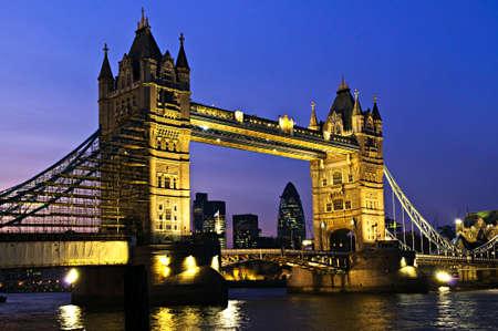 Tower bridge à Londres en Angleterre durant la nuit au-dessus de la rivière Thames Banque d'images - 6094872