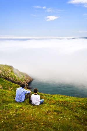 看在信号小山的父亲和儿子雾的海洋,纽芬兰