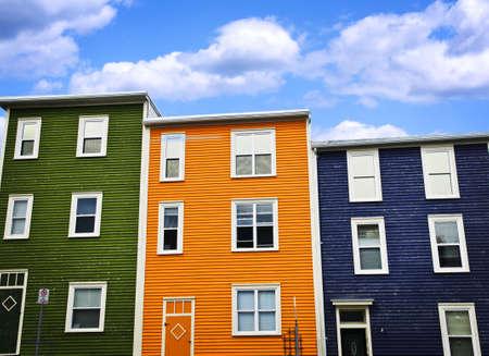 rij huizen: Kleurrijke huizen op een heuvel in St. John's, Newfoundland, Canada