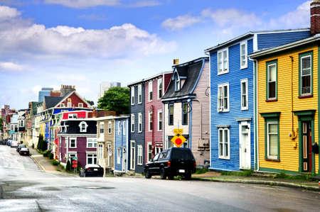 colourful houses: Calle con coloridas casas en San Juan de Terranova, Newfoundland, Canad�  Foto de archivo
