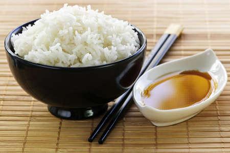 arroz chino: Cuenco de arroz con salsa de soja con palillos