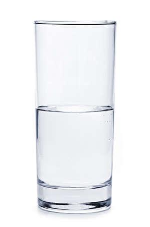 cilindro: Vaso de agua medio vac�a de aislados sobre fondo blanco