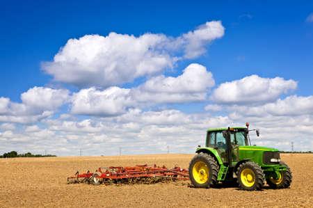 traktor: Small-Scale Landwirtschaft mit Traktor und Pflug im Feld