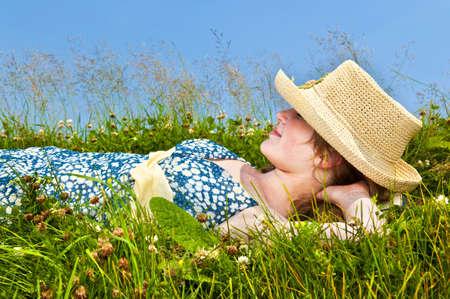 straw hat: Giovane ragazza adolescente appoggiato sul prato estate nel cappello di paglia