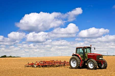 arando: Agricultura de peque�a escala con tractor y arado en campo Foto de archivo
