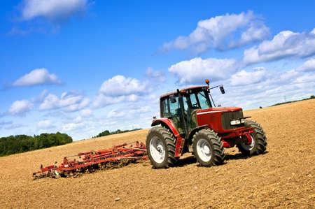plowing: Agricultura de peque�a escala con tractor y arado en campo Foto de archivo