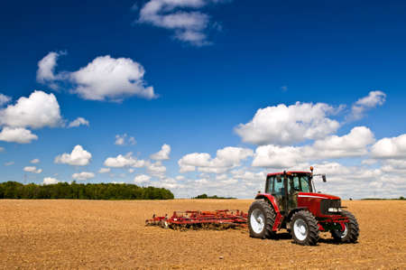ploegen: Kleinschalige landbouw tractor en de ploeg in het veld