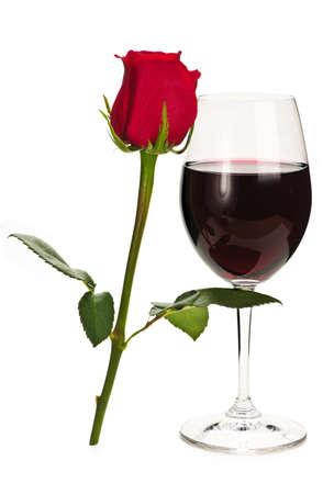 Romantique en verre de vin rouge avec rose longtemps résultait Banque d'images - 6307706