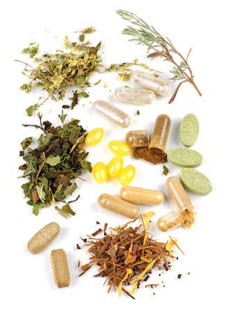 vitamina a: Hierbas, suplementos de hierbas y las p�ldoras de vitamina sobre fondo blanco Foto de archivo
