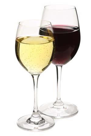Rode en witte wijn glazen geïsoleerd op witte achtergrond