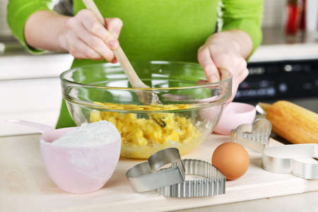 baking cookies: Ingredienti per la cottura i cookie in vetro ciotola di miscelazione