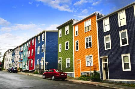 rij huizen: Straat met kleurrijke huizen in St. John's, Newfoundland, Canada Stockfoto