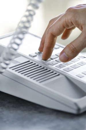 wijzerplaat: Close-up van de vingers een desktop telefoonverbinding