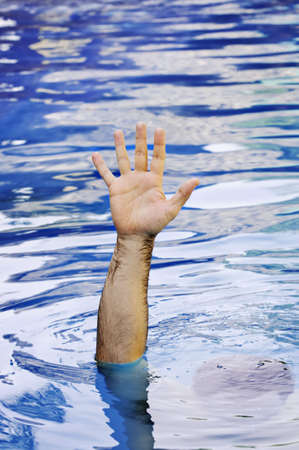 ahogarse: Mano de ahogamiento hombre que necesitan ayuda y asistencia