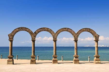 arcos de piedra: Anfiteatro de los Arcos en el Oc�ano Pac�fico en Puerto Vallarta, M�xico  Foto de archivo