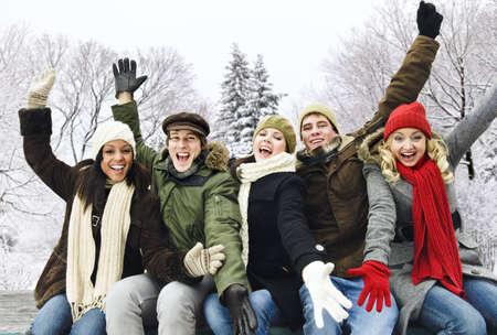 腕の冬に屋外調達興奮若い友人のグループ