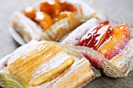 Closeup on slices of flaky fruit strudel desserts Banque d'images