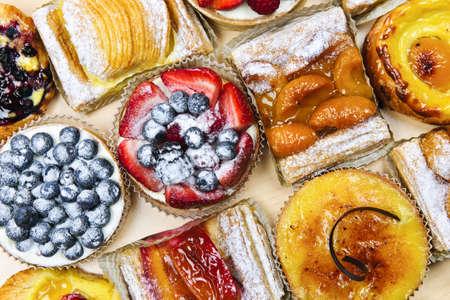 �pastries: Fondo de surtido tartas frescas dulces y reposter�a desde arriba